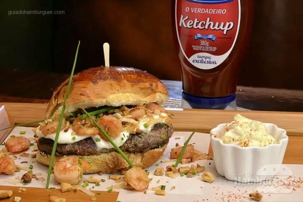 Burger Thay Deli: Pāo de brioche com leve toque de capim santo, hambúrguer de kobe grelhado no char broil em manteiga de curry, creme de burrata com camarões salteados em castanha de caju e coco queimado ao molho cremoso de limāo siciliano. Acompanha maionese de pimenta Siriacha à parte. - R$ 39 - SP Burger Fest