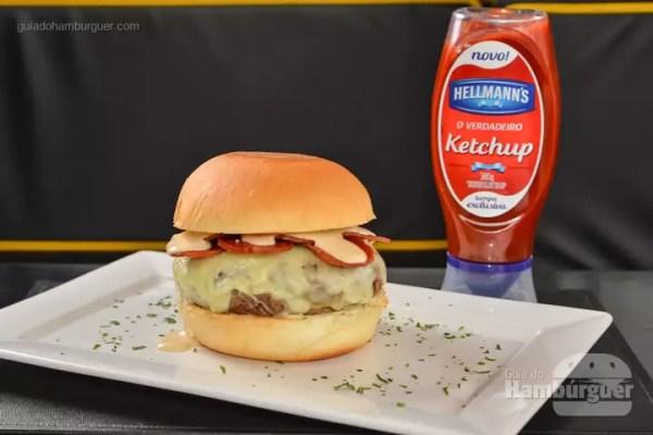 Diavolo: Hambúrguer de costela vitelloni, salame italiano picante, mozzarella, maionese Hellmann's com cerveja preta. - R$ 27 - SP Burger Fest