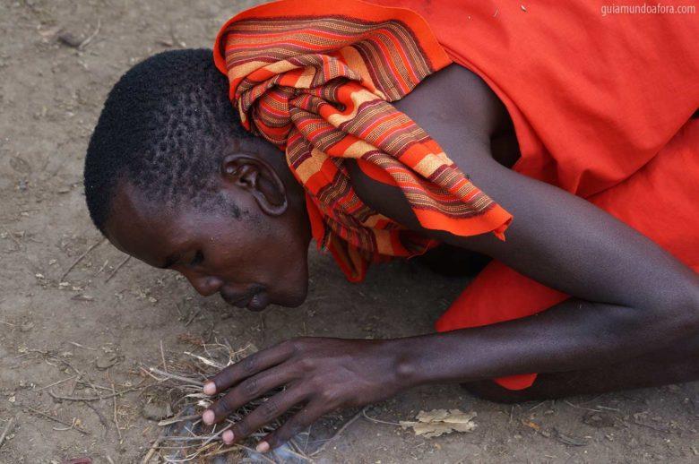 Tribo Masai fazendo fogo