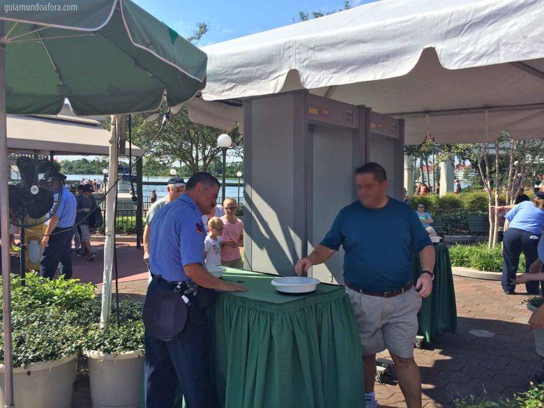 Novo procedimento de segurança em Orlando - detector de metais