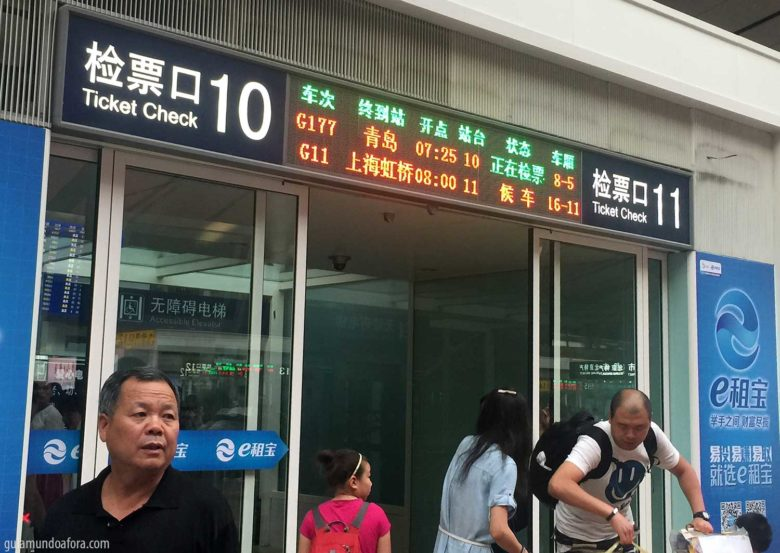 Embarque de trem na China