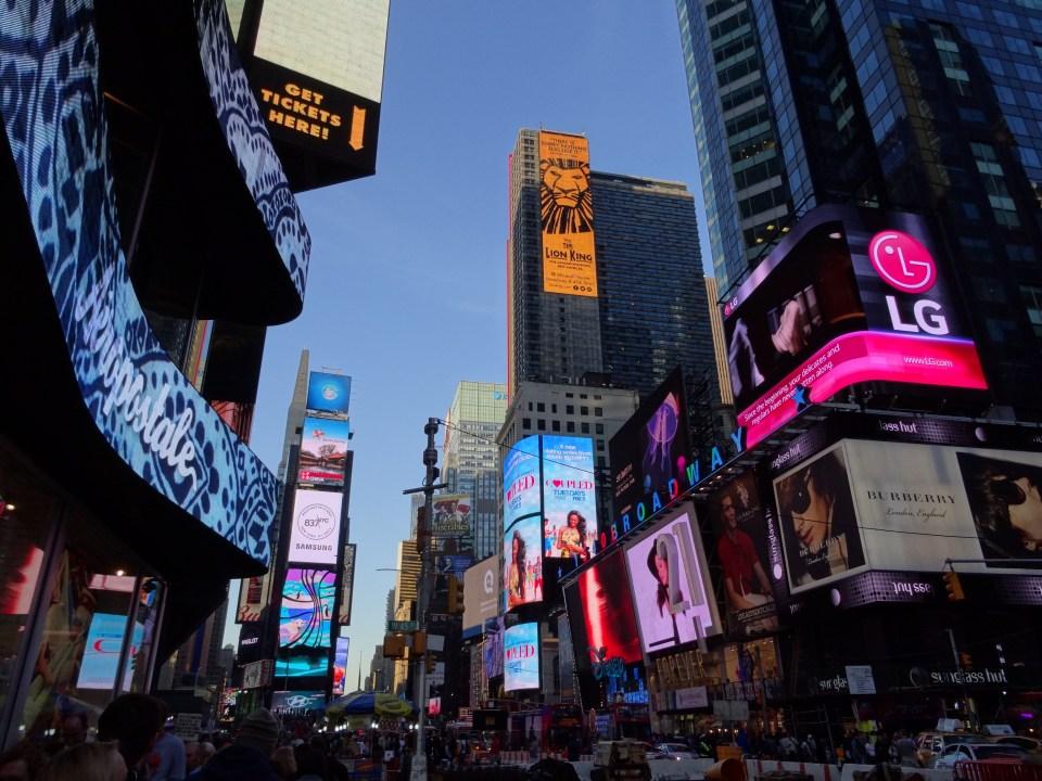 Vista de Times Square y teatros de Broadway