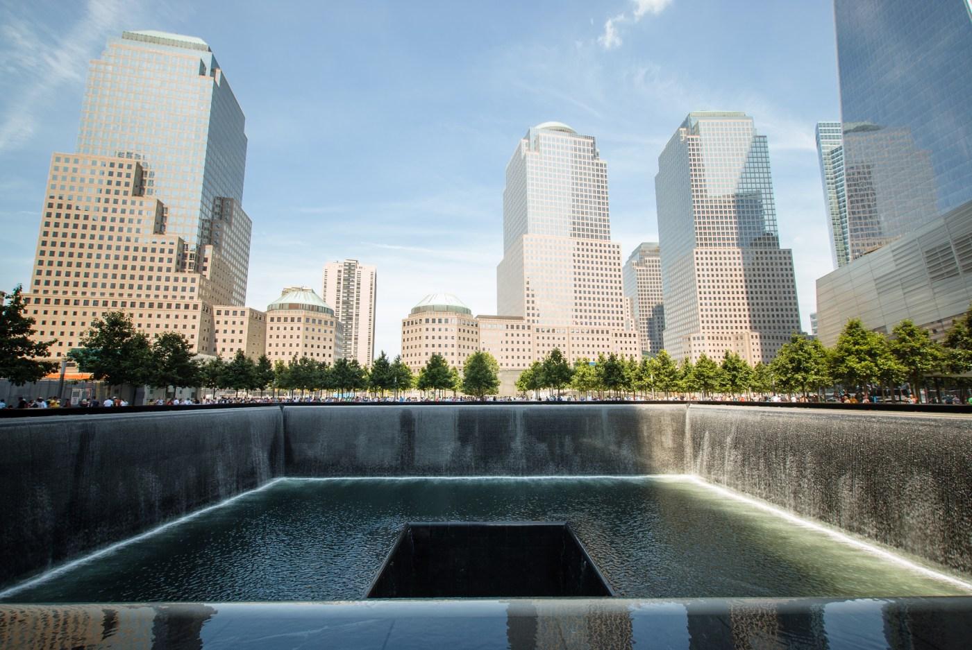 Una de las cascadas en el 9/11 Memorial, ubicada donde se erigía una de las Torres Gemelas