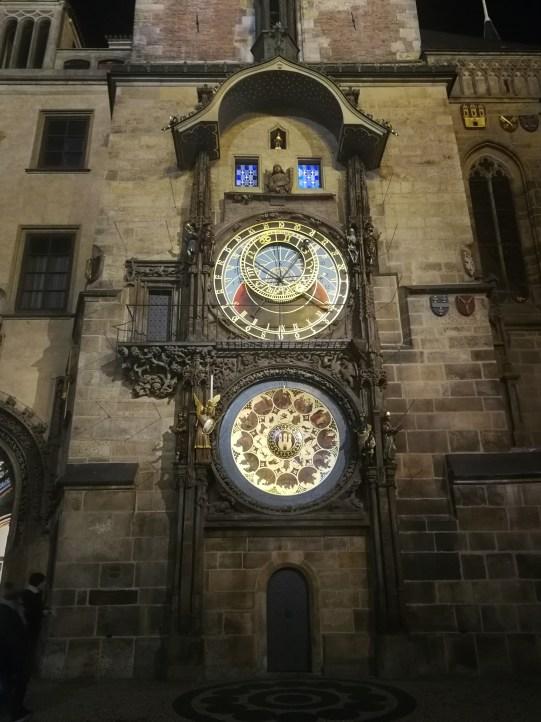 Cada hora los turistas se amontonan frente al reloj para que haga su espectáculo.