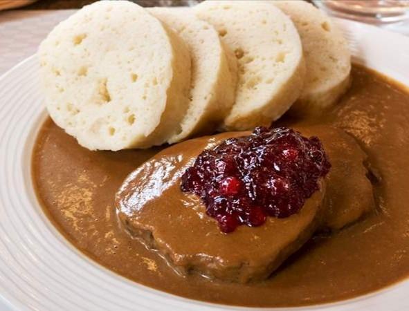 SVÍČKOVÁ. Plato dulce de solomillo de ternera acompañado de albóndigas de pan y mermelada de frambuesa.