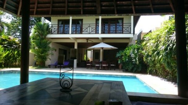 Villa Bidadari. Viaje a Bali Alquilar una villa en un buen barrio cercano a Kuta puede costaros 700€ la semana. (tres habitaciones dobles)