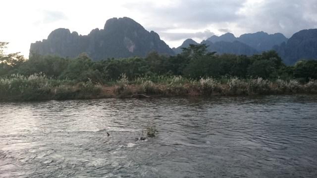 El camino hacia Vang Vieng es duro por carretera, hay que atravesar malas carreteras de montaña para llegar.