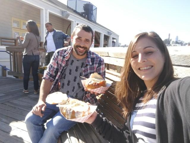 Comiendo Clam Chowder en un banco de Pier 39