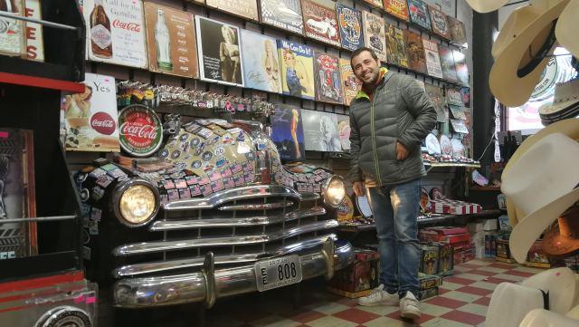 Un coche dentro de una tienda