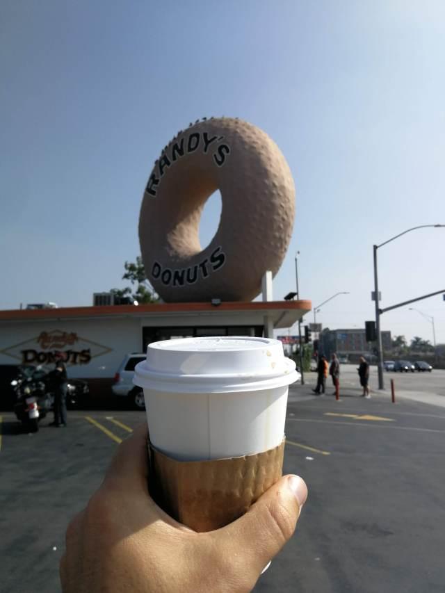 Randy's donuts quizás sea la tienda de donuts mas famosa del mundo. Perfecto para celebrar el final de la ruta 66.