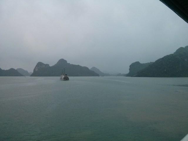 Bahía de Halong lloviendo.