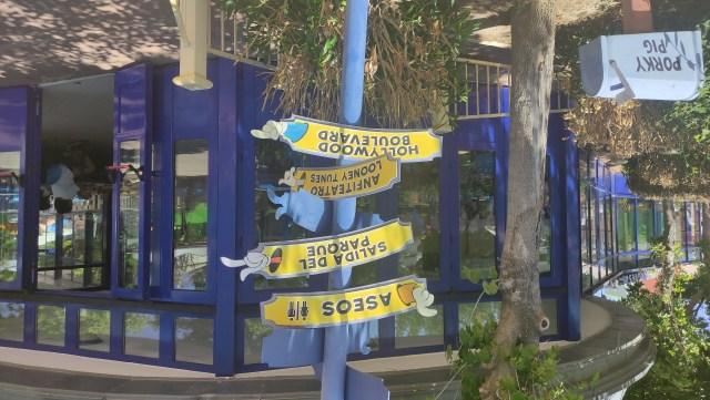 Letreros dentro del parque Warner