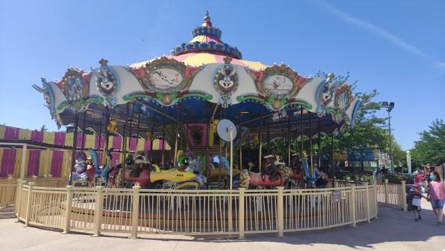 Parque Warner con niños. El carrusel de los Looney Tunes