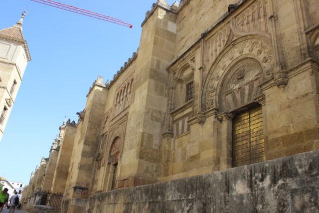 Decenas de puertas dan acceso a la Mezquita.