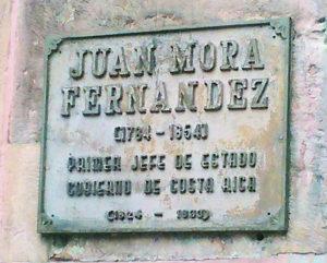Placa en la estatua de Juan Mora Fernández en la Plaza que lleva su nombre en San José.