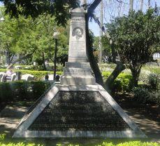 Monumento de Aquileo J. Echeverría en el parque central de Heredia.