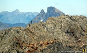 Cresta del Algas. Tras ella, el Midi d'Ossau