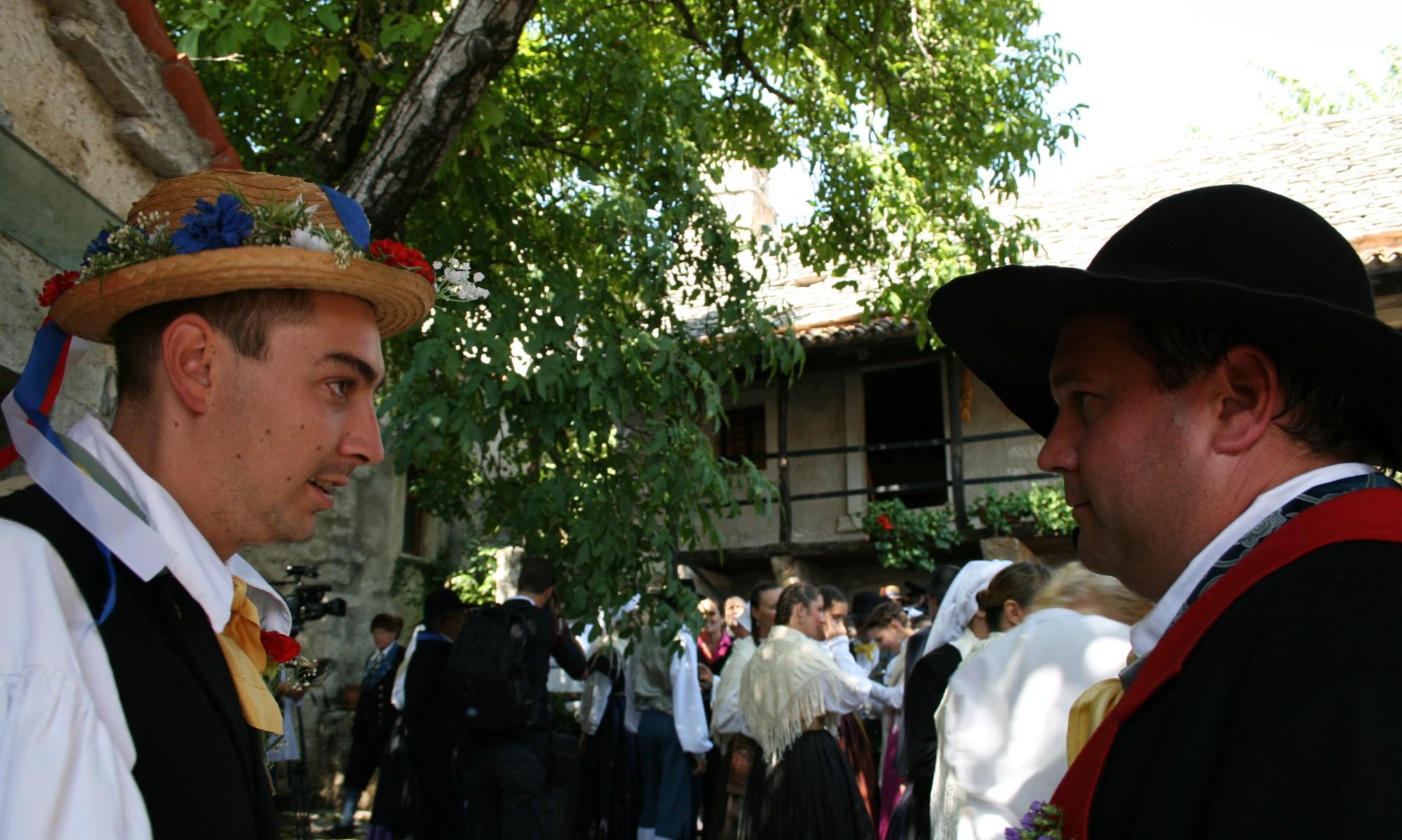 sposo delle nozze carsiche davanti la casa carsica a rupingrande