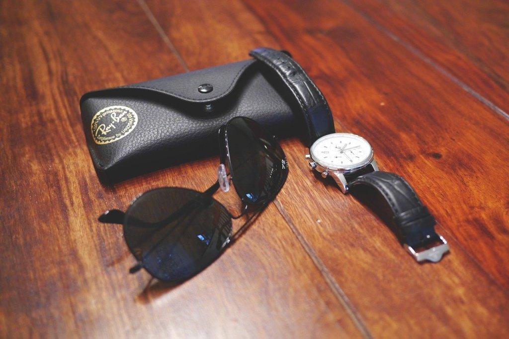 Orologio e occhiali da sole, foto generica da Pixabay