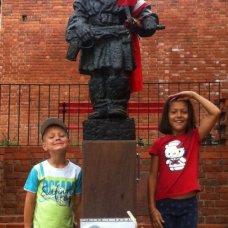 """Il monumento del """"Piccolo insorto"""" fa una grande impression su bambini."""