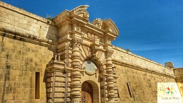 Porte principale du fort Manoel.