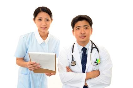 Un docteur et une infirmière