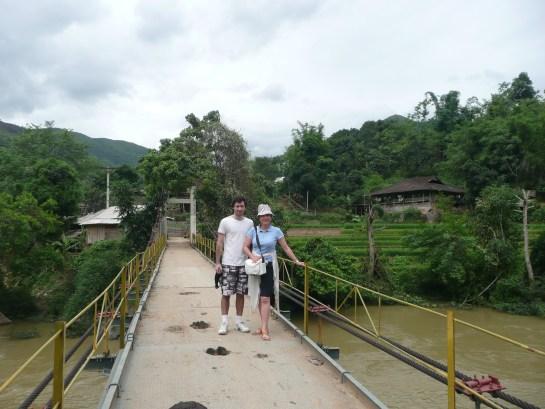 Sur le pont suspendus pour vvisiter un village des Tays en cour de route