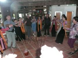 Danses traditionnelles avec les Thai a Mai Chau
