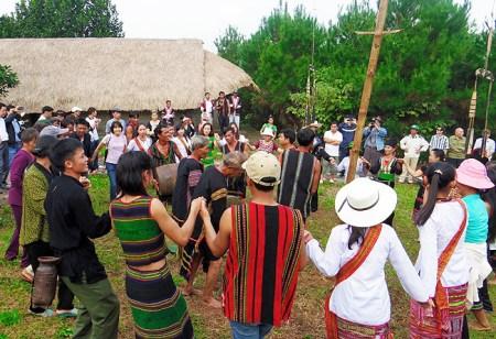 Les M'nong boivent de l'alcool de riz, mangent du porc grillé, chantent et dansent suivant des airs traditionnels.