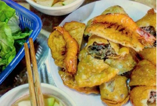 cuisine de rue de hanoi chausson farci au porc.jpg