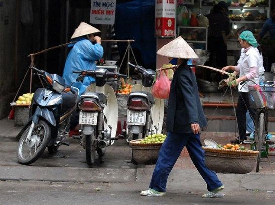 palanche et femmes vietnamiennes va et vient.JPG