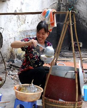 palanche et femmes vietnamiennes vendeuse soupe pho.JPG