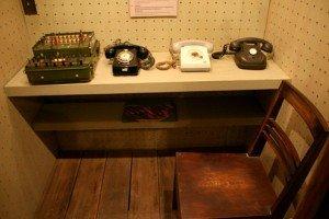 une cabine téléphonique.