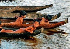 Les enfants se baignent dans le fleuve Dak Bla