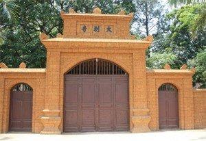 La porte de la maison commune de l'hameau de Yên My a été construite en latérite