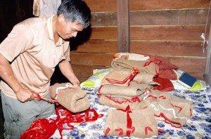 Les habits en écorce de l'ethnie Hà Lang