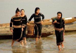Jeunes filles Bahnar au bord du fleuve