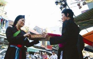 Une représentation de quan ho dans l'ancien quartier de Hanoi