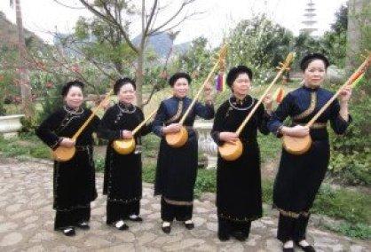 Le tenue austère des femmes Tày