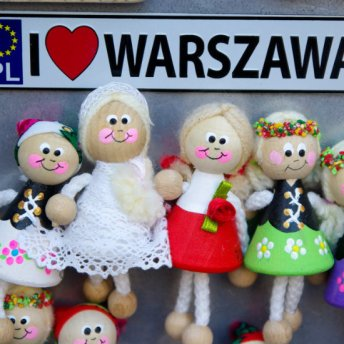 W Warszawie znajdziesz wiele sklepów i stoisk z pamiątkami.