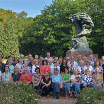 Zdjęcie grupowe przed pomnikiem F. Chopina z Małgorzatą, warszawskim przewodnikiem (pierwsza z lewej)