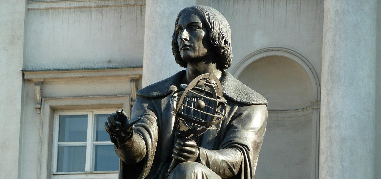 Pomnik Kopernika stoi przy Trakcie Królewskim w Warszawie.