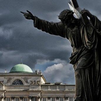 Figura Jezusa stojąca przed wejściem do kościoła św. Krzyża, gdzie spoczywa serce Chopina.