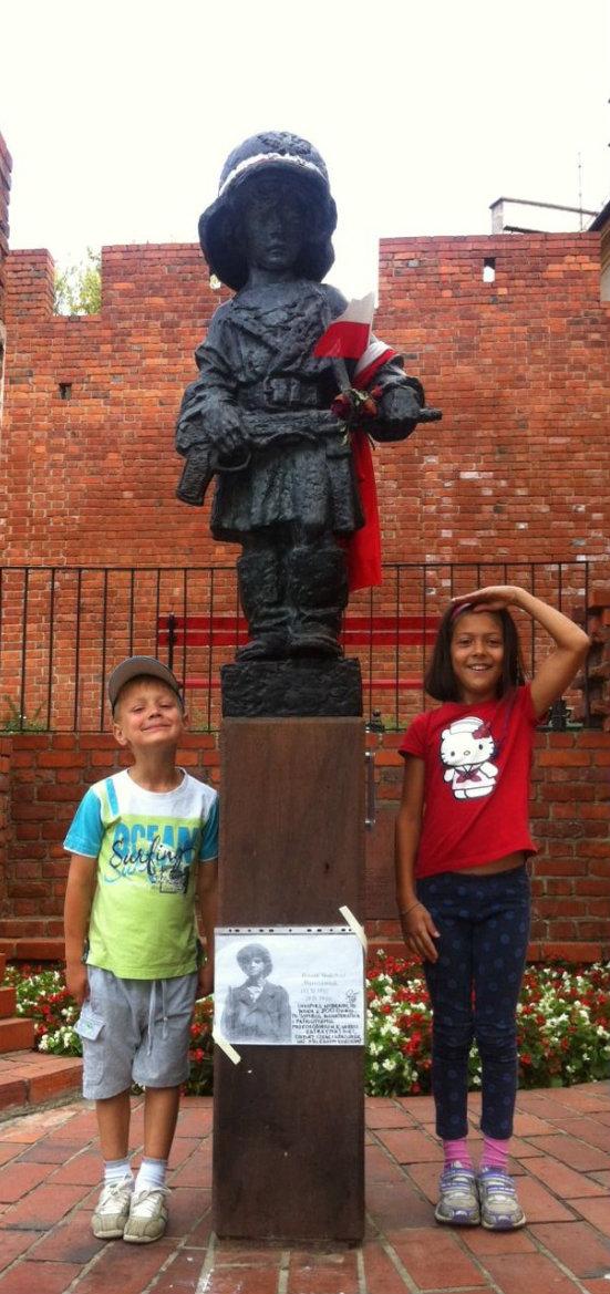 """Pomnik """"Małego Powstańca"""" robi duże wrażenie na dzieciach."""