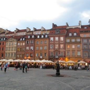 Na Rynku Starego Miasta znajdziesz wiele ogródków restauracyjnych na świeżym powietrzu.