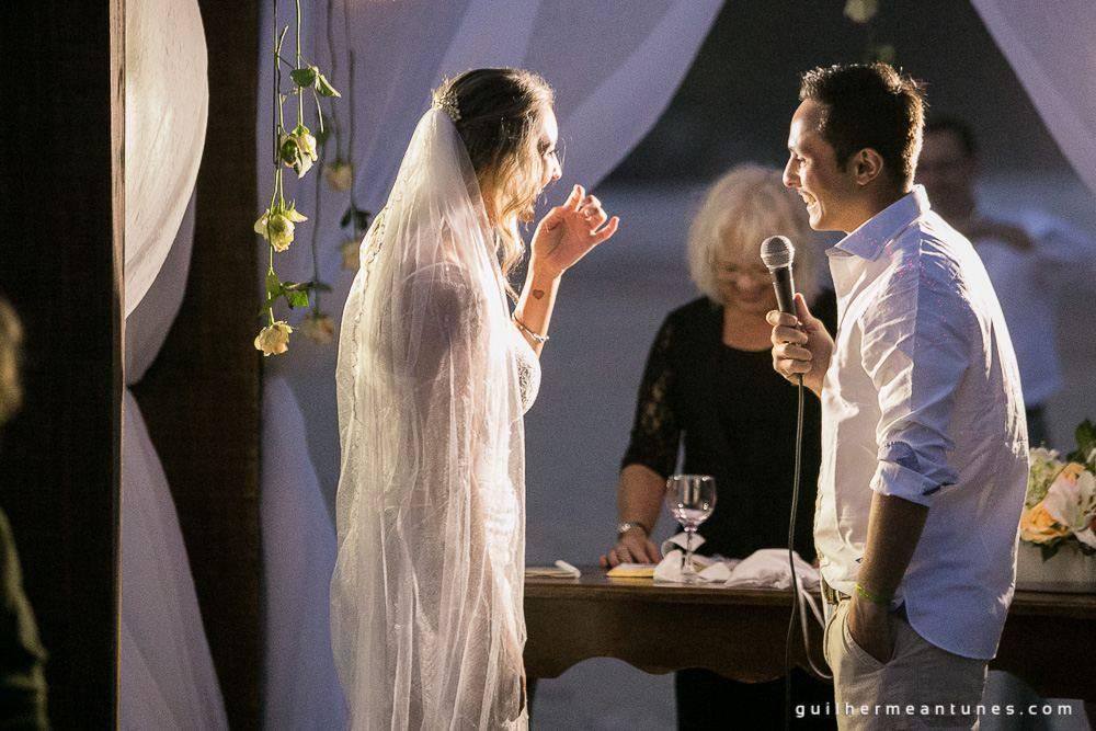 Foto de Casamento na praia de Larissa e Ronaldo declaração dos noivos no altar
