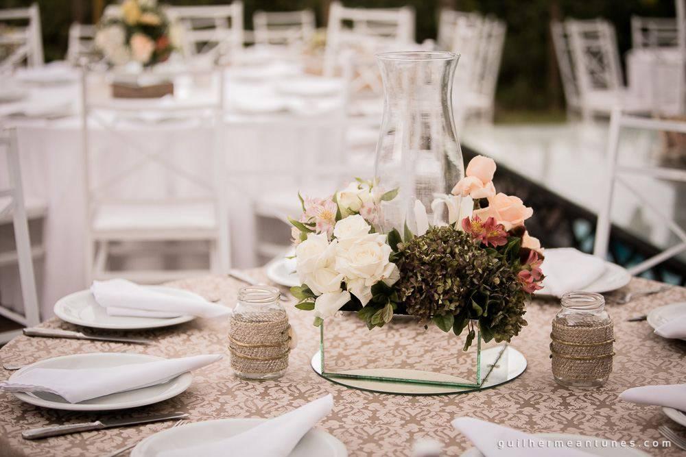 Foto de Casamento Larissa e Ronaldo na praia decoração da mesa de convidados