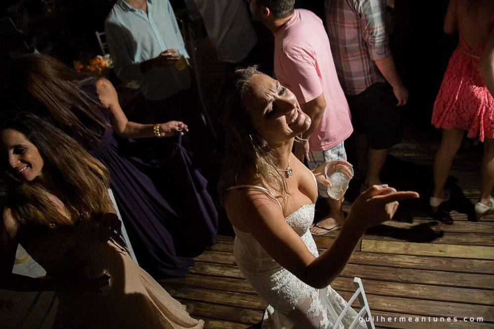 Foto de Casamento na praia de Larissa e Ronaldo noiva dançando na festa