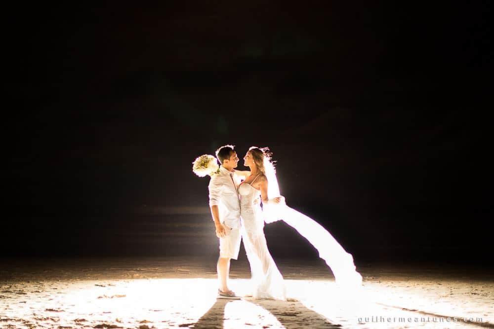 Foto de Casamento na praia de Larissa e Ronaldo noivos abraçados na praia a noite