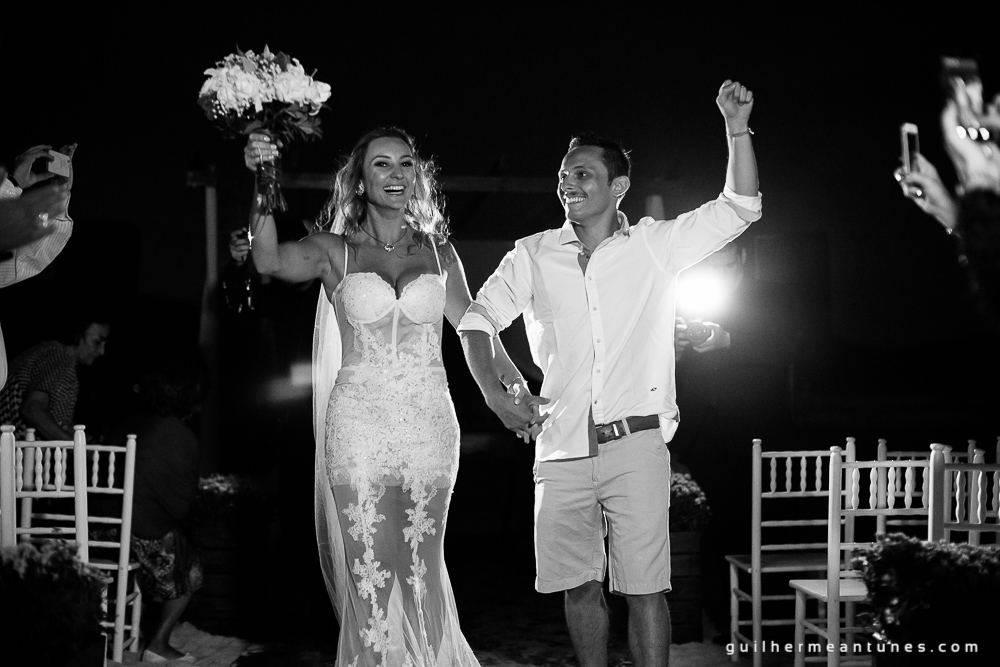 Foto de Casamento na praia de Larissa e Ronaldo noivos agradecendo junto